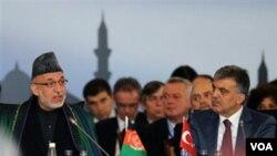 Presiden Hamid Karzai (kiri) dalam Konferensi untuk Afghanistan yang berlangsung di Istanbul, Turki.