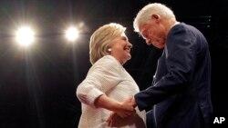 هیلاری و بیل کلینتون دقایقی بعد از سخنرانی پیروزی هیلاری کلینتون.