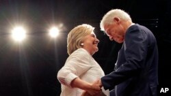 Prezidentliyə Demokrat namizəd Hillari Klinton sabiq birinci xanım olmuş, Senator və Dövlət Katibi kimi mötəbər vəzifələrdə çalışmışdır.