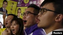 Ông Alvin Yeung (thứ hai từ phải sang), một ứng cử viên từ Đảng Công Dân, cùng những người ủng hộ tại một cuộc mít-tinh ở Hồng Kông. (Ảnh tư liệu ngày 28/2/2016)