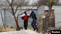 一名男子在马里卡纳铂矿被警察逮捕