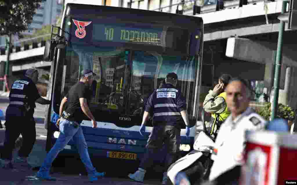 Polis biçaqlanma hadisəsinin baş verdiyi yerdə təhqiqat aparır - Tel-Əviv, 21 yanvar, 2015