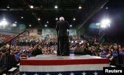 ທ່ານ Bernie Sanders ພວມຖະແຫຼງຕໍ່ພວກສະໜັບສະໜຸນ.