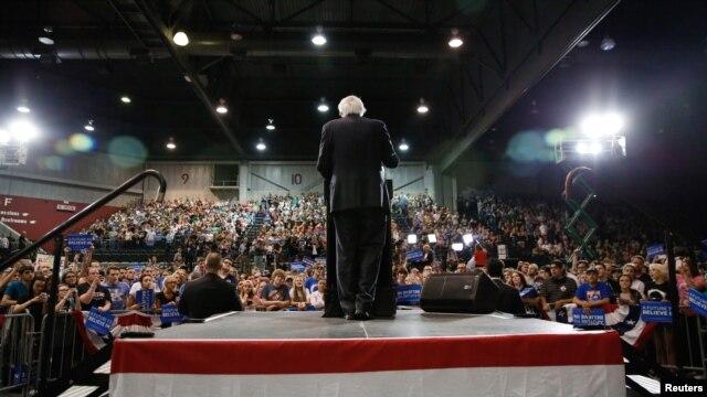 Kandidati demokrat Bernie Sanders flet para përkrahësve gjatë një tubimi në Huntington