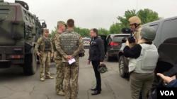 Utusan Khusus Amerika untuk Ukraina, Kurt Volker bertemu pasukan Ukraina di dekat Popasna, Donbas, Ukraina timur, hari Selasa (15/5). (M. Gongadze/VOA)