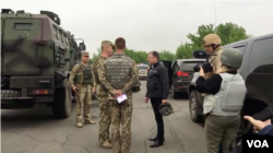 U.S. Special Representative for Ukraine Negotiations Kurt Volker, third from left, meets with Ukrainian troops at an undisclosed location near Popasna, Donbas region, Ukraine, May 15, 2018. (M. Gongadze/VOA)