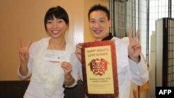 Bà Claudia Li (trái) sáng lập viên và Chủ tịch tổ chức phi lợi nhuận Shark Truth