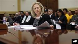 Hillary Clinton, reconheceu que os Estados Unidos têm sido as vezes complacente com regimes autocraticos do Médio-Oriente