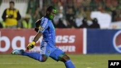 Senzo Meyiwa frappe le ballon lors du match des Orlando Pirates contre Al-Ahly, Egypte, le 10 novembre 2013.