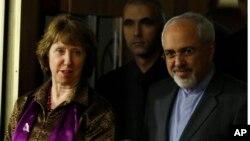 캐서린 애슈턴 유럽연합 외교안보고위대표(왼쪽)과 무함마드 자바드 자리프 이란 외교장관이 10일 스위스 제네바에서 열린 기자회견장에 도착했다.