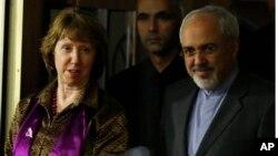 Eron tashqi ishlar vaziri Muhammad Javod Zarif va Yevropa Ittifoqining tashqi siyosatga mas'ul rasmiysi Ketrin Eshton, Jeneva, 10-noyabr, 2013-yil