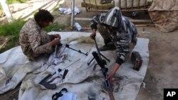 Chiến binh Nhà Nước Hồi giáo lau súng tại thành phố Deir el-Zour, Syria.
