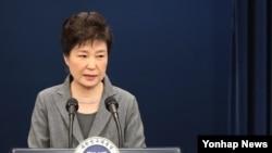 Tổng thống Hàn Quốc Park Geun-hye phát biểu trên truyền hình trực tiếp tại Seoul, Hàn Quốc, 29/11/2016.