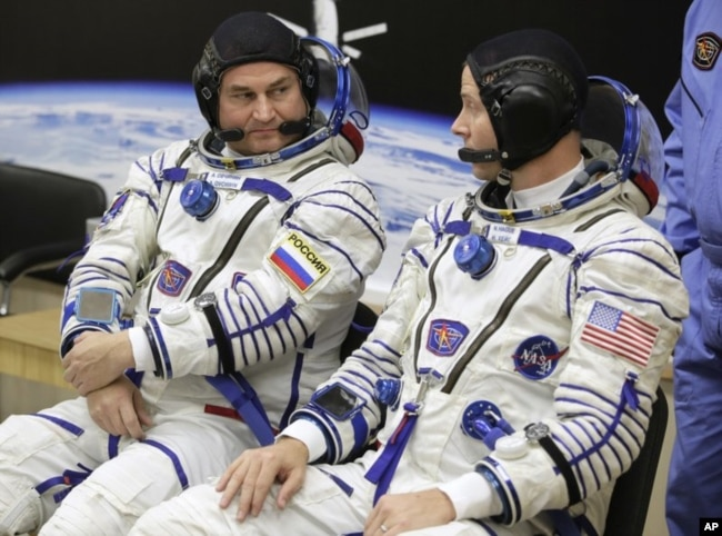 American astronaut Nick Hague (right) and Russian cosmonaut Alexey Ovchinin speak before taking off aboard a Soyuz MS-10 capsule to the International Space Station, in Baikonur, Kazakhstan, on October 11, 2018. (AP Photo / Dmitri Lovetsky)
