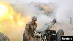 آرمینیا کا ایک فوجی توپ سے فائر کر رہا ہے۔