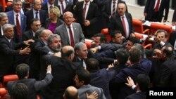 Millet Meclisi sık sık iktidar ve muhalefet partilerine bağlı milletvekilleri arasında sert tatışmalara sahne oluyor