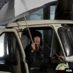 TV pemerintah Libya menyiarkan gambar pemimpin Libya Moammar Gadhafi, Senin (21/2).