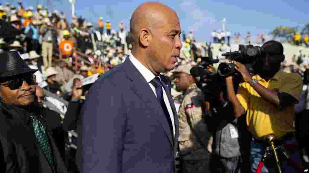 L'ancien président Michel Martelly arrive pour les funérailles de l'ancien président René Préval à Port-au-Prince, Haïti, le 11 mars 2017.