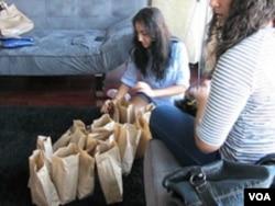 Sejumlah remaja Muslim Amerika sedang menyiapkan sebagian paket bantuan makanan bagi para tuna wisma (foto: dok).