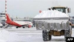 Raščišćavanje snega sa aerodroma u Nemačkoj