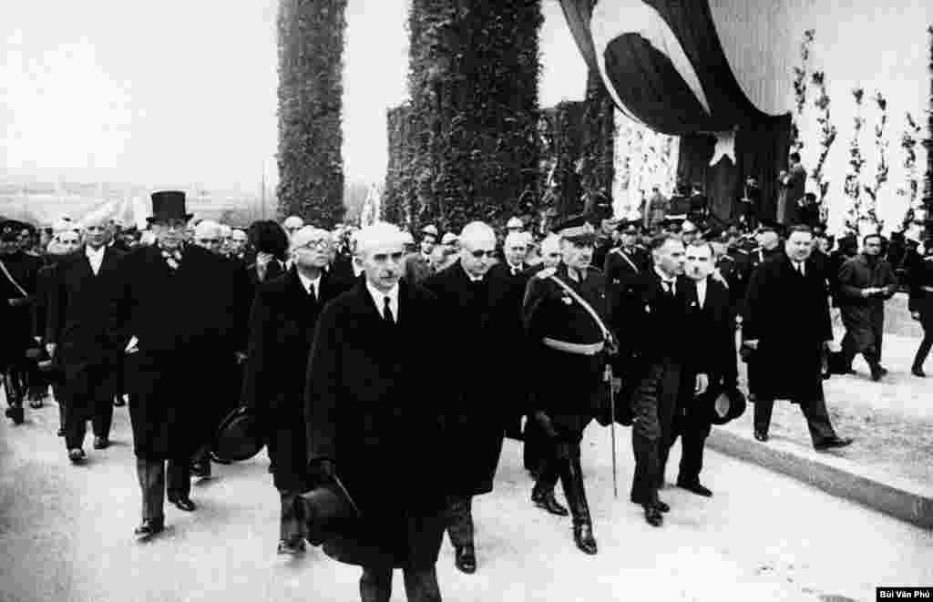 امروز در تاریخ: سال ۱۹۳۸ – حضور عصمت اینونو، دومین رئیس جمهور ترکیه، و دیگر مقامات ۳۴ کشور مختلف، در مراسم خاکسپاری مصطفی کمال آتاترک، اولین رئیس جمهوری این کشور.