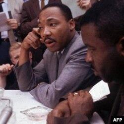 Martin Lyuter King Alabama shtati Birmingem shahrida safdoshlari bilan suhbatda, 9 may, 1963