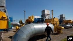 Fasilitas penyimpanan gas alam di Strij, pinggiran kota Lviv, Ukraina (foto: dok). Rusia mengancam akan menghentikan pasokan gas alam jika Ukraina tidak segera membayar utangnya.