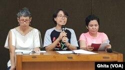 Koordinator Nasional PHI (tengah) Ellen Nugroho dalam konferensi pers, di kantor YLBHI, Jakarta, Selasa, Desember 2019. (Foto: VOA/Ghita).