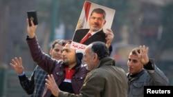 Para pendukung Presiden terguling Mohammed Morsi melakukan unjuk rasa di Lapangan Talaat Harb di Kairo (25/1).