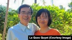 """Bức ảnh ông Quân với gương mặt gày gò chụp với vợ đã được hàng trăm người """"like"""" trên Facebook của em trai ông."""