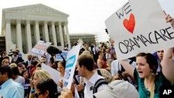 지난 6월 28일 연방 대법원이 적정보건법안에 합헌 판결을 내리자 대법원 건물앞에서 환호하는 의료개혁 지지자들(자료사진)