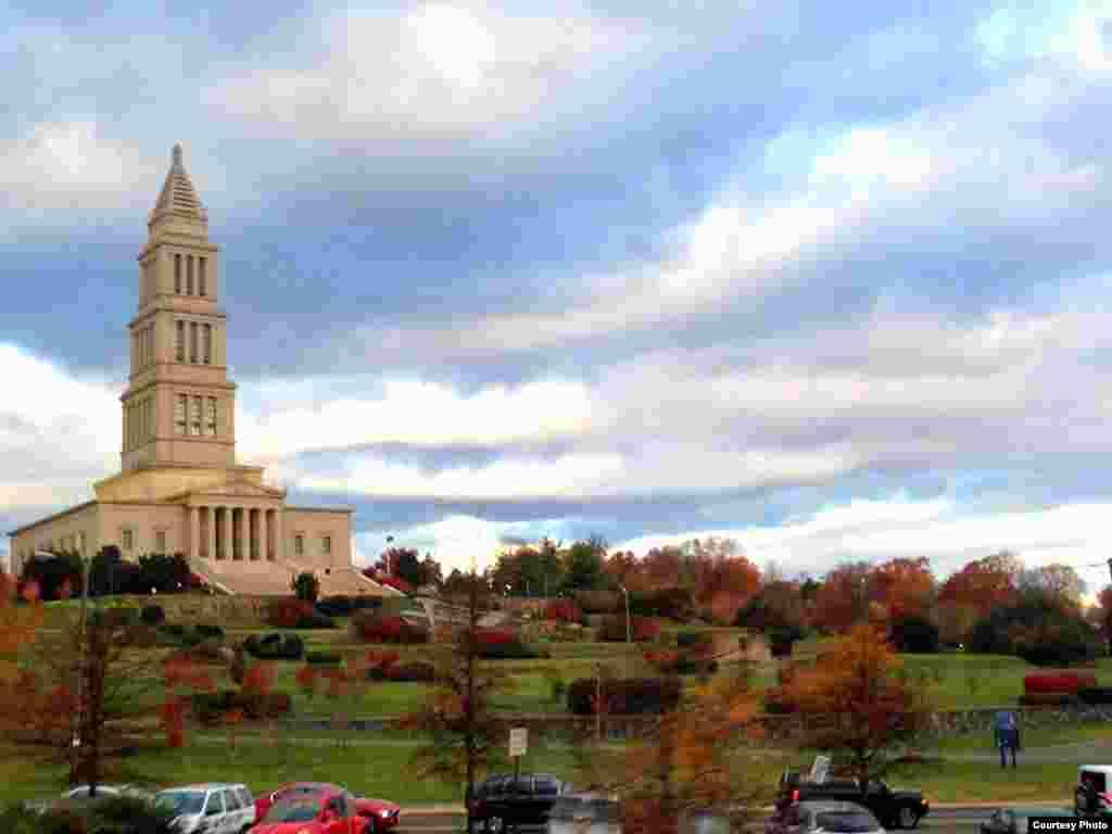 A late autumn shot of the George Washington Masonic Memorial, built between 1922 and 1932 in Old Town Alexandria, Virginia. (Diaa Bekheet/VOA)