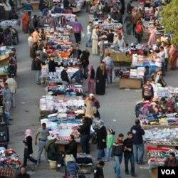 Kehidupan sehari-hari di Kairo mulai pulih dengan bukanya kembali pasar-pasar di ibukota Mesir ini., Senin (2/14).
