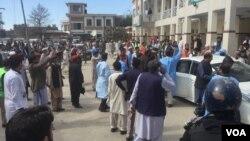Warga berkumpul di lokasi pasca serangan bunuh diri di kantor pengadilan di Charsadda, Pakistan, Selasa (21/2).