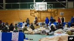 ຜູ້ຫຼົບໄພຊາວຍີ່ປຸ່ນ ພັກເຊົາຊົ່ວຄາວ ທີ່ເດີ່ນບານບ້ວງ ໂຮງຮຽນມັດທະຍົມ Koriyama ແຂວງ Fukushima (16 ມີນາ 2011)