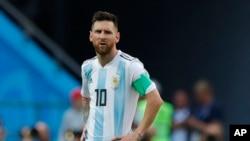 ျပင္သစ္အသင္းကို ႐ံႈးနိမ့္ၿပီးေနာက္ စိတ္ပ်က္လက္ပ်က္ျဖစ္ေနသည့္ Messi ။ ၃၀ ဇြန္ ၂၀၁၈။