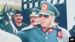 """A través de sus organismos de inteligencia, Pinochet utilizó a periodistas para """"festinar"""" con una visita de la CIDH a Chile."""