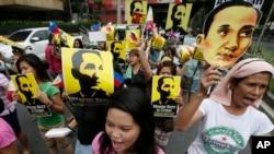 12일 필리핀 마닐라 동부 마카티 시에서 시민들이 반중 시위를 벌이고 있다.