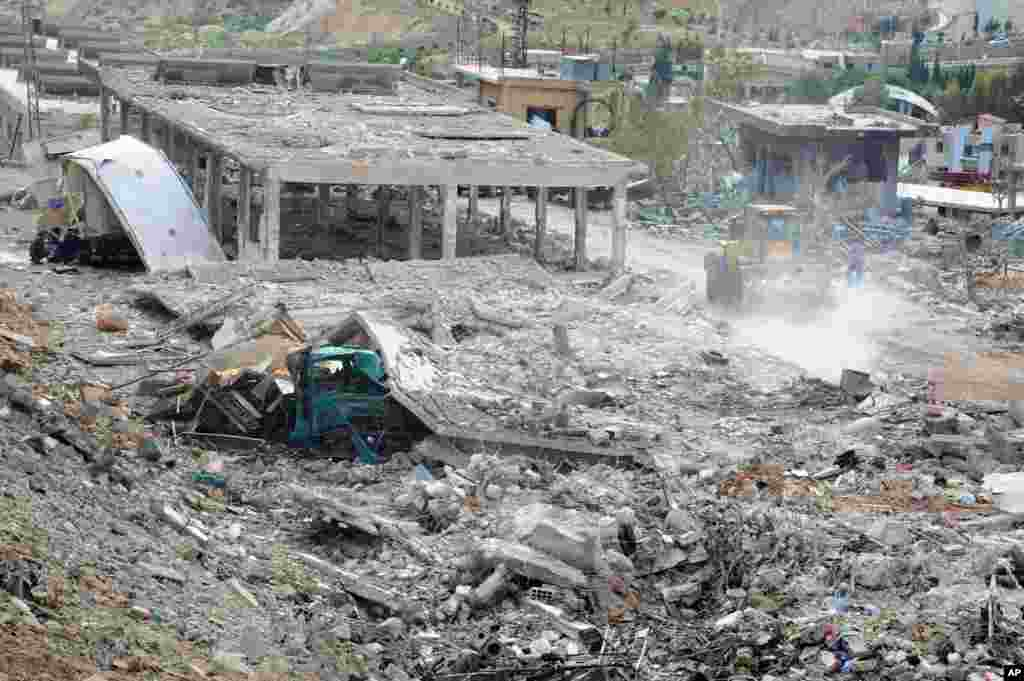 Hình ảnh do hãnh thông tấn nhà nước Syria SANA đăng tải cho thấy nhiều toà nhà bị hư hại trong vụ không kích của Israel ở Damascus, ngày 5 tháng 5, 2013.