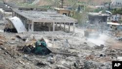 Foto yang dirilis kantor berita Suriah menunjukkan gedung-gedung yang rusak akibat serangan udara Israel di Damaskus (5/5).