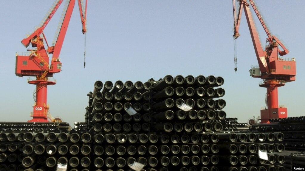 Tư liệu - Những ống thép chuẩn bị được xuất khẩu tại một hải cảng ở thành phố Liên Vân Cảng, tỉnh Giang Tô, Trung Quốc, ngày 1 tháng 12, 2015.