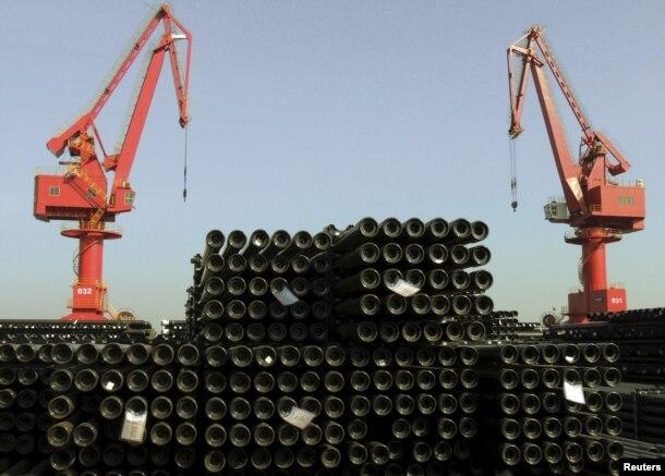 中国江苏连云港市港口有待出口的钢管