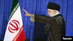 """رهبر جمهوری اسلامی آمریکا را """"دشمن"""" نامید و خواستار حفظ """"خطوط فاصل"""" و """"مرزبندی"""" با دشمن شد."""