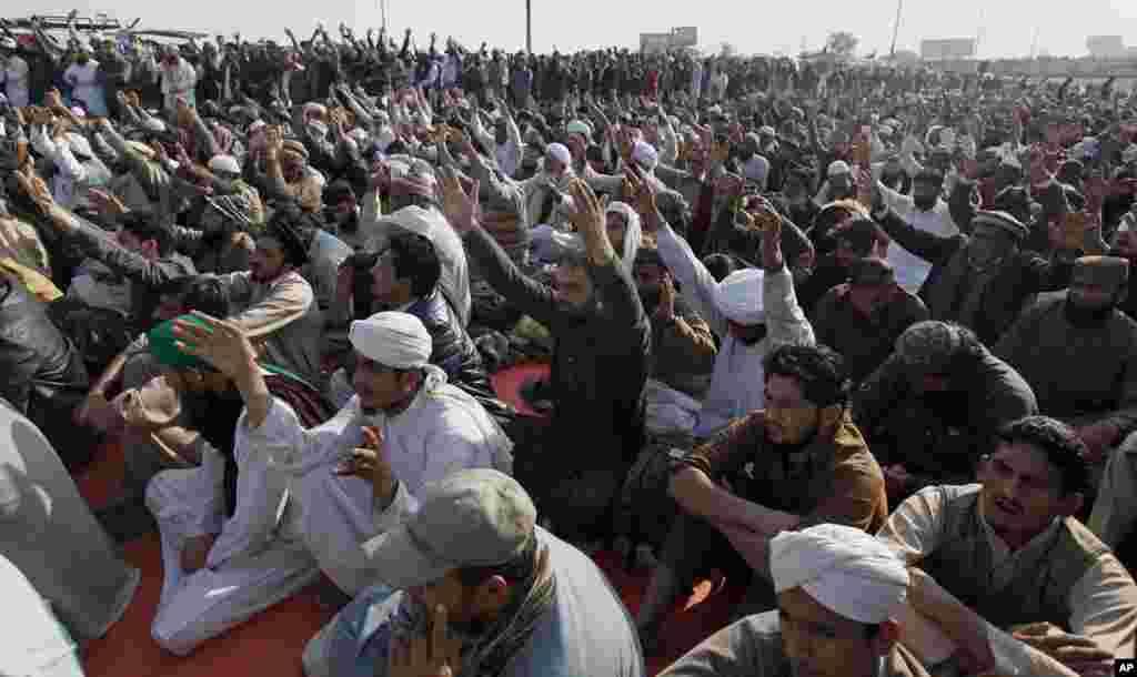مذہبی و سیاسی جماعت 'تحریک لبیک یا رسول اللہ' نے آٹھ اگست سے اسلام آباد کا 'فیض آباد انٹرچینج' دھرنا دے کر بند رکھا ہے۔ احتجاج میں ایک اور جماعت سنی تحریک بھی شامل ہے۔