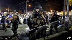 8月20日早晨,密苏里弗格森的警察试图驱散人群。