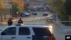 Polisi berjaga-jaga setelah insiden penembakan ke sejumlah gedung termasuk Konsulat Meksiko dan markas polisi di Austin, Texas (28/11/2014).