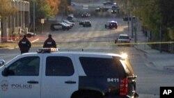 Cảnh sát phong tỏa hiện trường sau khi nhà chức trách nổ súng và giết chết một người đàn ông mà họ nói đã định phóng hỏa lãnh sự quán Mexico, 28/11/2014.