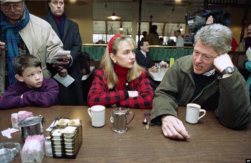 1992年2月15日,在新罕布什尔州的初选中,克林顿州长和妻子希拉里在餐厅喝咖啡,准备从事挨门挨户的竞选