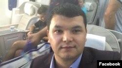 Bobur Hasan vatanga uchayotgan samolyotda (Facebook)