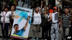 Những người ủng hộ lãnh tụ đối lập Leopoldo Lopez đòi tự do cho ông bên ngoài tòa án ở Caracas, Venezuela, ngày 4/9/2015.